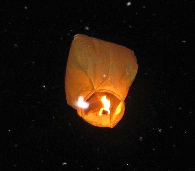 Небесный фонарик над землей