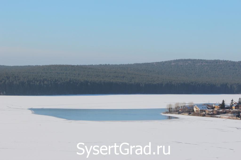 Сысертский пруд неполностью покрылся льдом