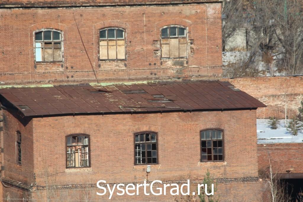 В здании железоделательного завода выбиты стекла