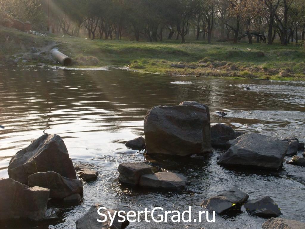 Камни у плотины УГМ