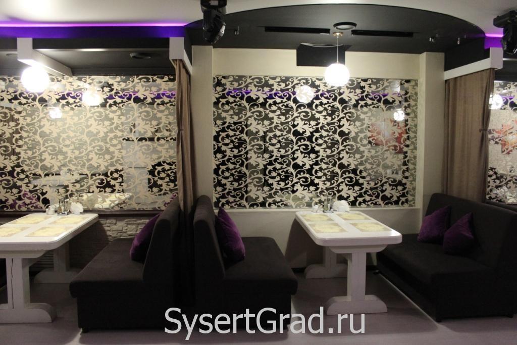 Оформление стен в зале кафе-бара разное