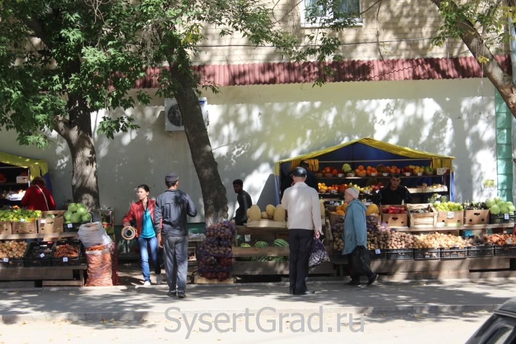 Палатки с фруктами и овощами в центре Сысерти