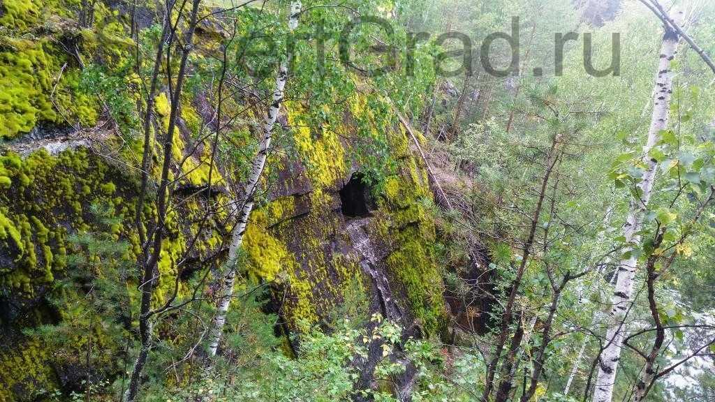 Отверстие на отвесной скале тальков камень Сысерть