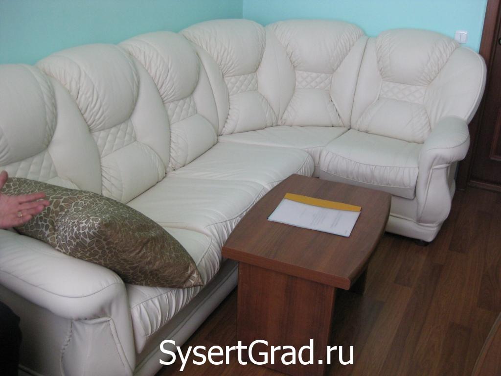 Divan v nomere ljuks restoranno-gostinichnogo kompleksa «Smirnov»