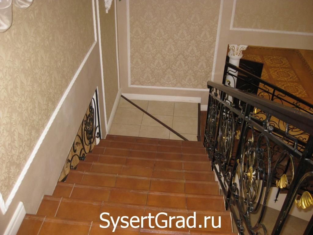 Лестница ресторанно-гостиничного комплекса Смирнов