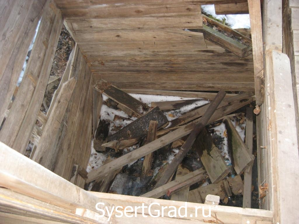 Лестница в купель петропавловского источника