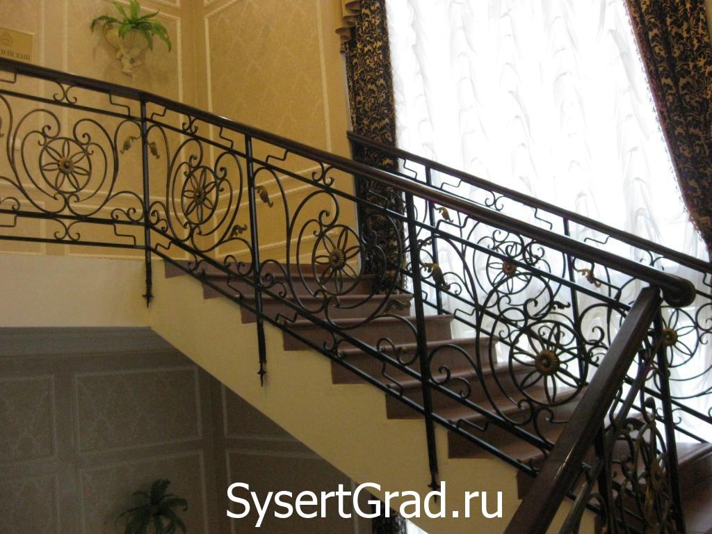 Лестница на верхний этаж ресторанно-гостиничного комплекса «Смирновъ»