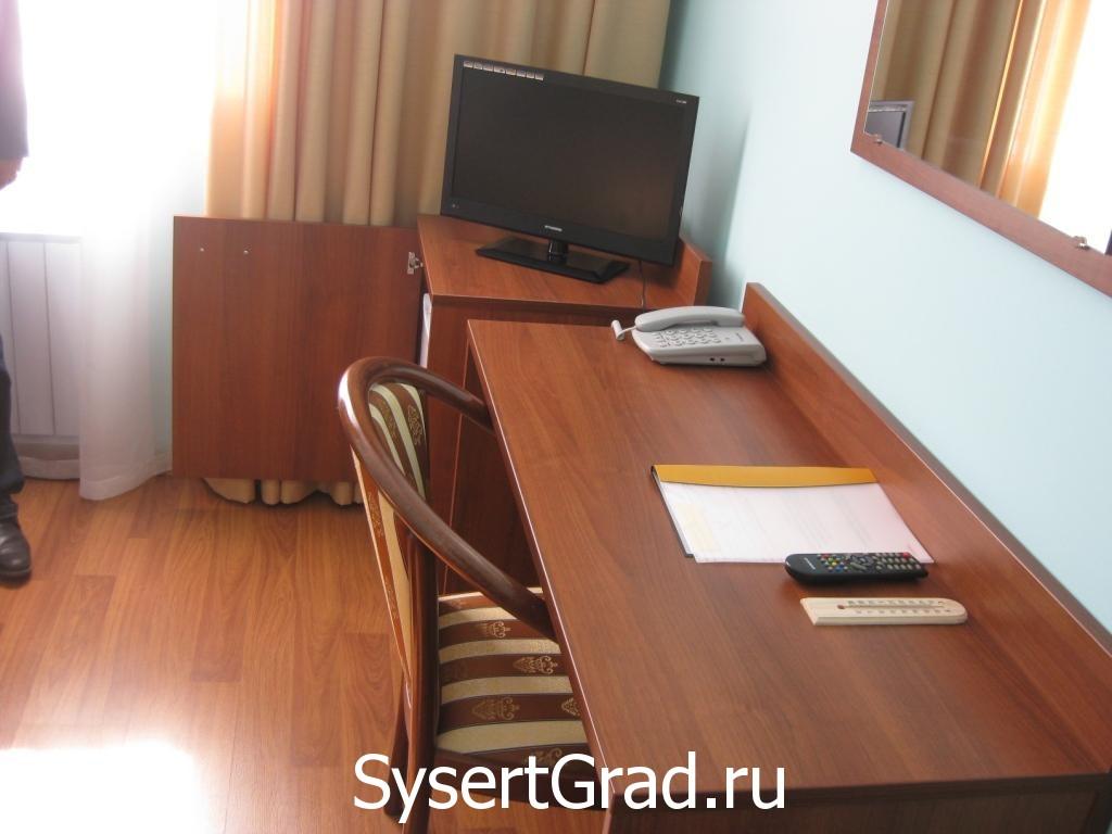 Pis'mennyj stol gostinichnogo nomera v restoranno-gostinichnom komplekse Smirnov