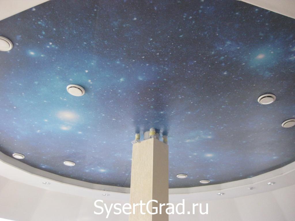 Potolok konferenc-zala restoranno-gostinichnogo kompleksa Smirnov