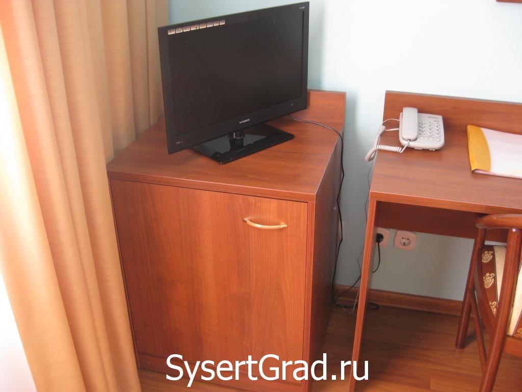 Televizor gostinichnogo nomera v restoranno-gostinichnom komplekse Smirnov