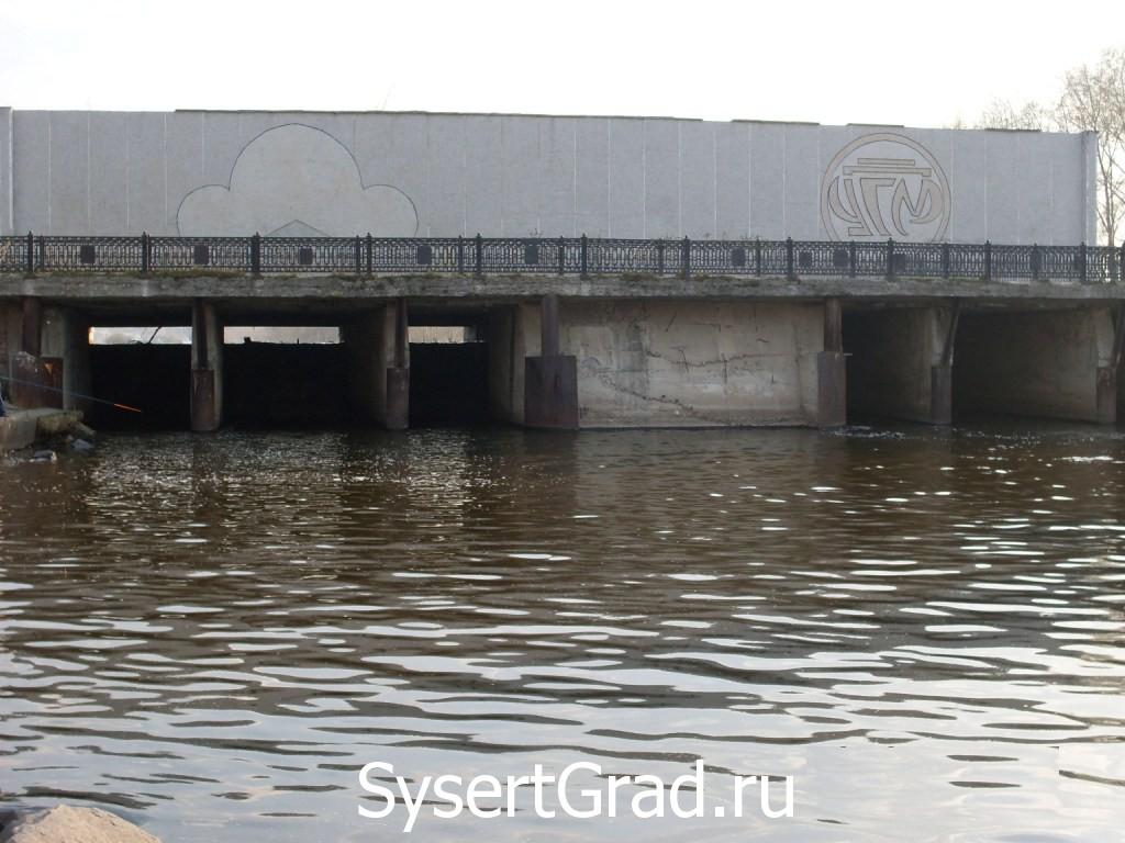 Плотина УГМ. Вода мутновата.