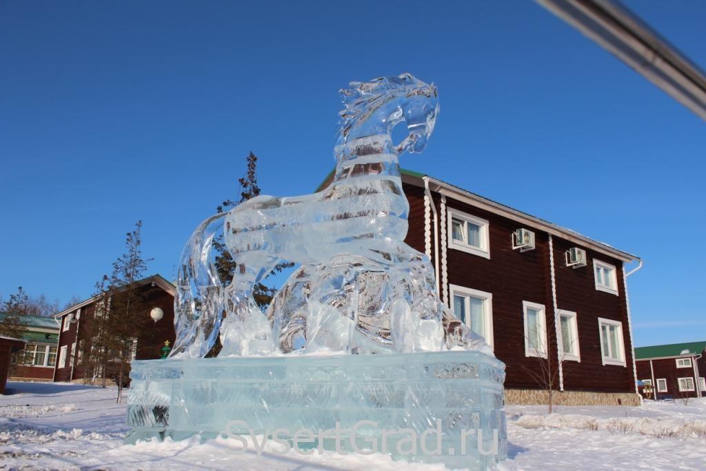 Ледяная лошадь в конноспортивном клубе Белая Лошадь