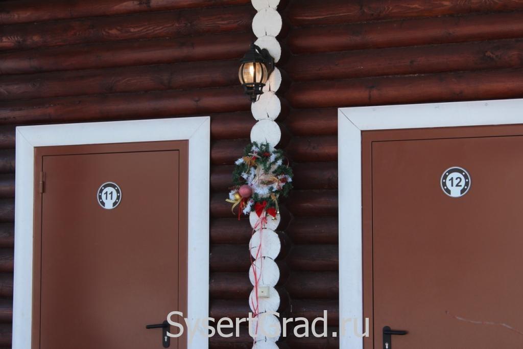 Новогоднее украшение домиков в конноспортивном клубе Белая Лошадь