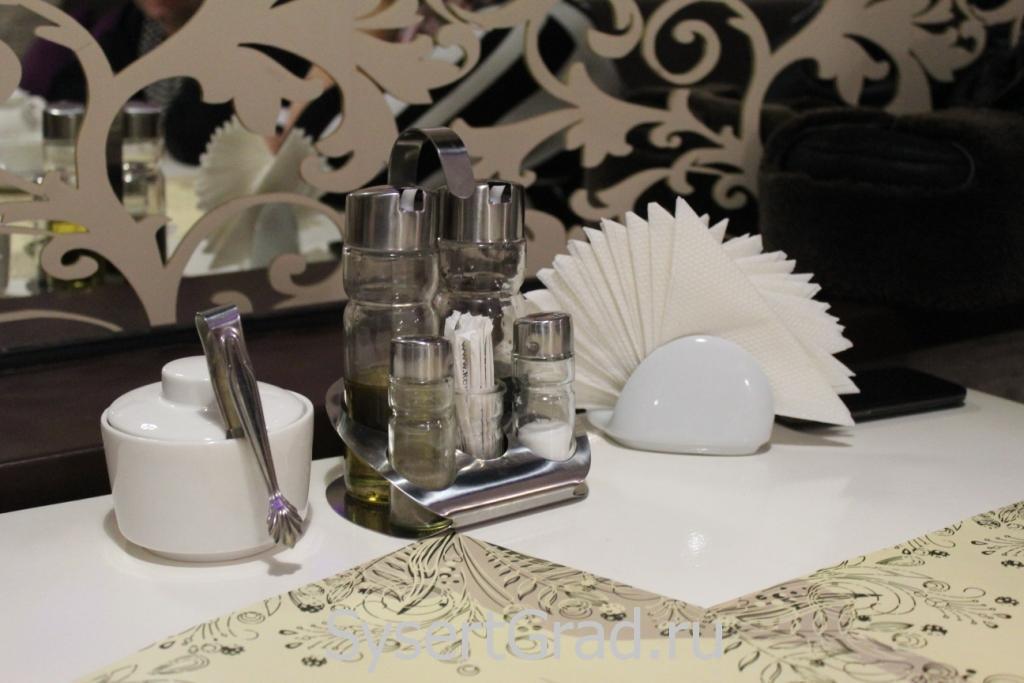 За столом кафе-бара итальянской кухни Sunrise