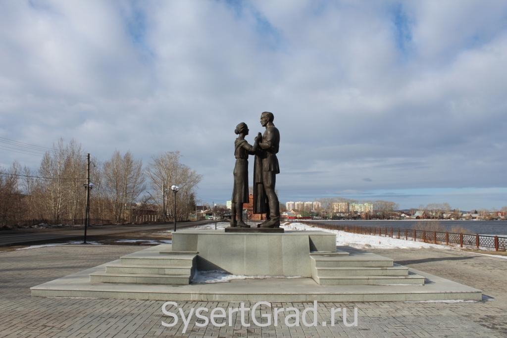 Памятник шинели в профиль