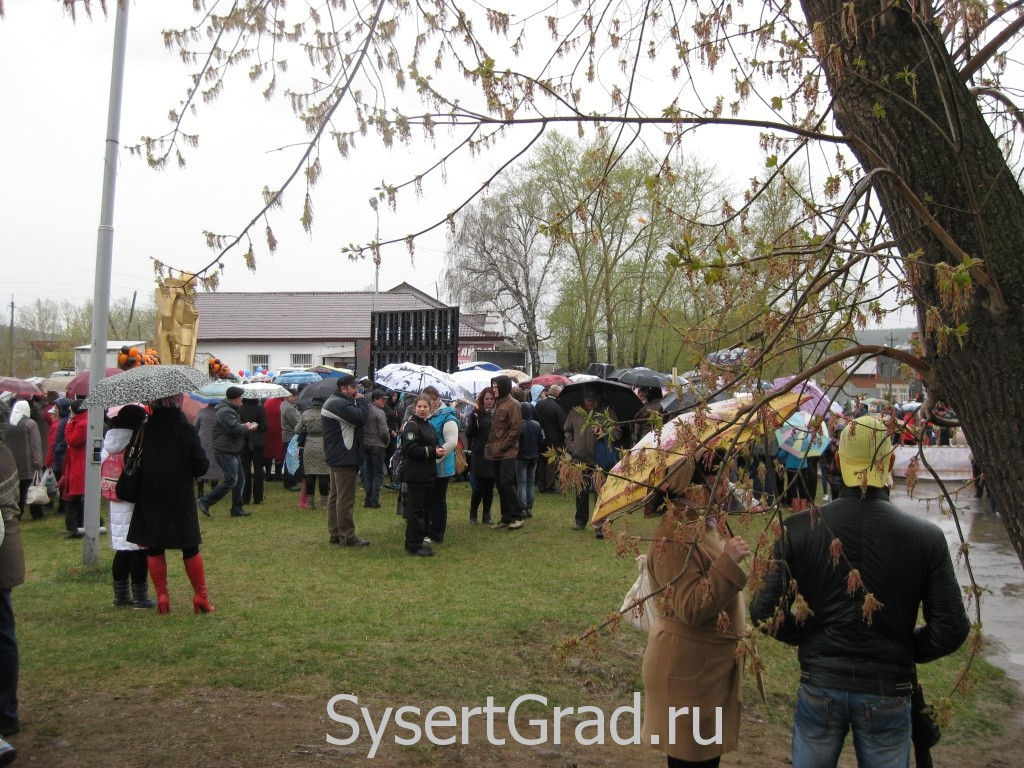 Дождь на День Победы не смутил жителей Сысерти