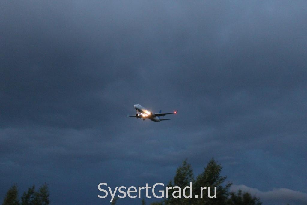 Посадка самолета, фото с дороги возле аэродрома  Кольцово