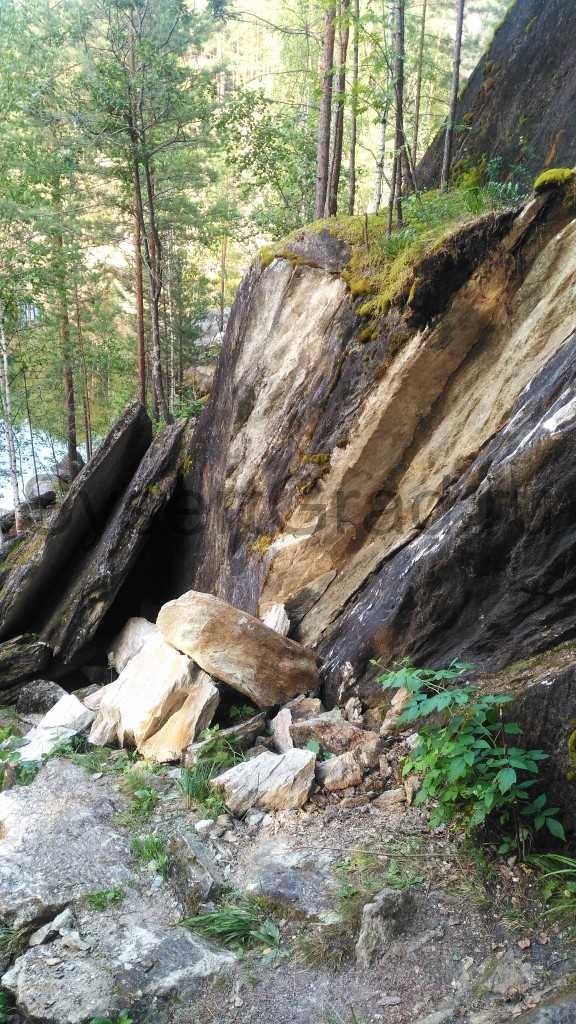 Камни обвалились крупные их не удалось сдвинуть с места