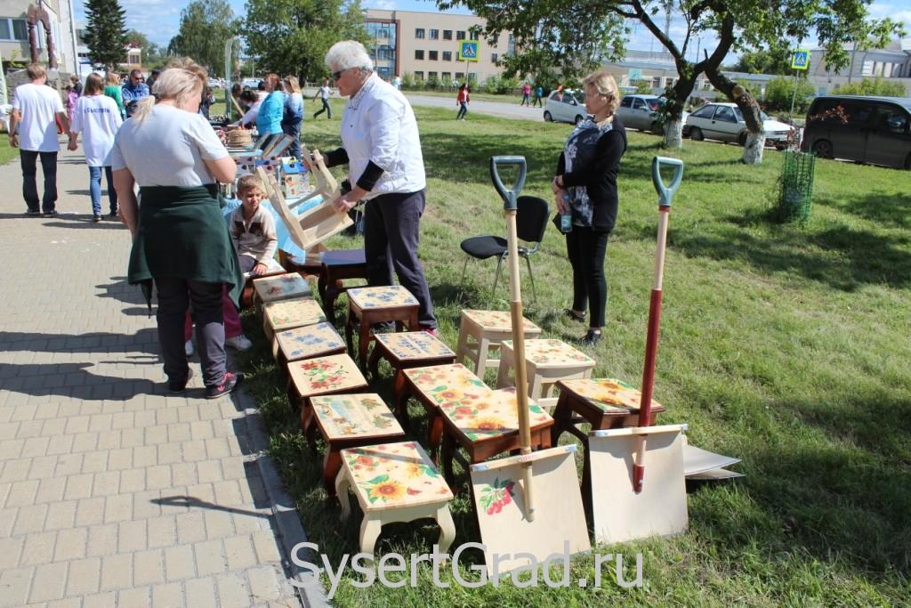 Продажа табуретов на День города Сысерть 2015