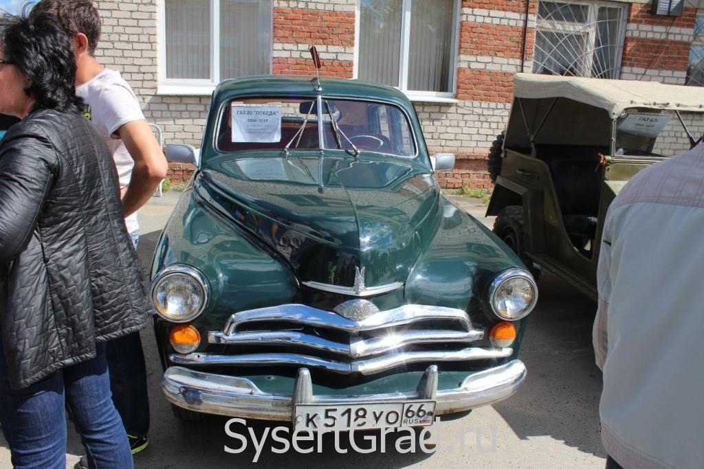 Ретро автомобиль Победа на выставке в Сысерти