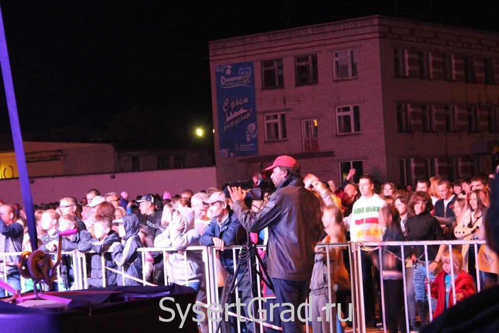 Жители Сысерти на День города перед сценой