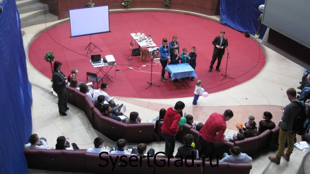 Сцена в выставочном центре КОСК Россия