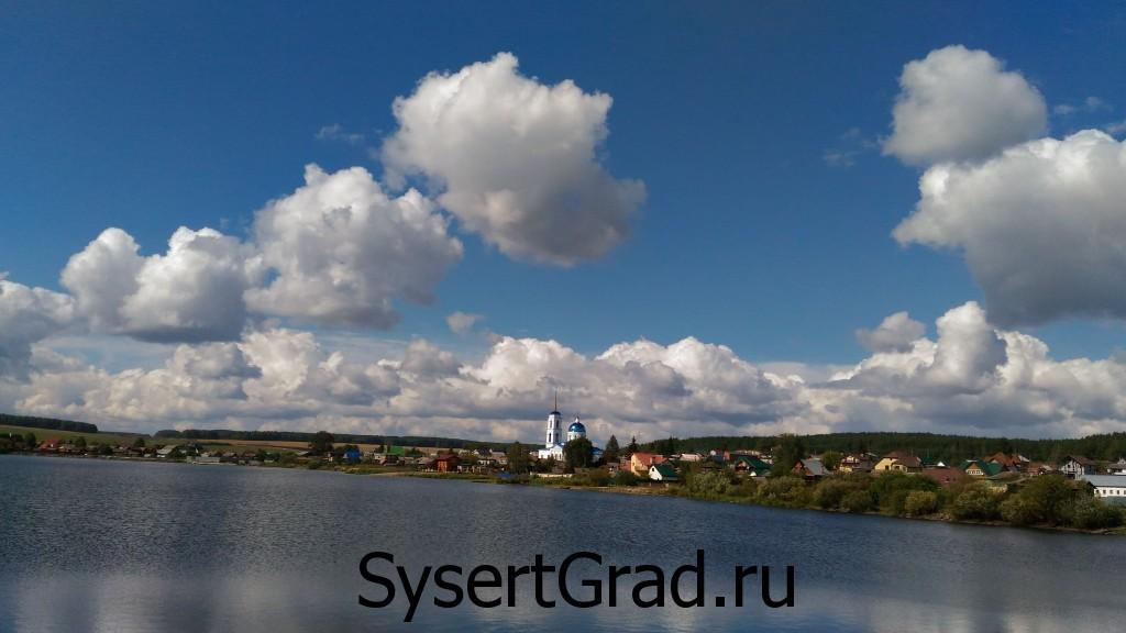 Храм Черданцево вид на фоне реки и неба