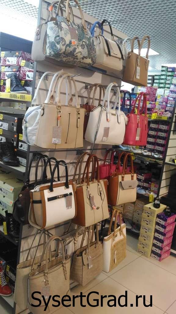 На 2 этаже торгового центра Бажов смотрим женские сумки