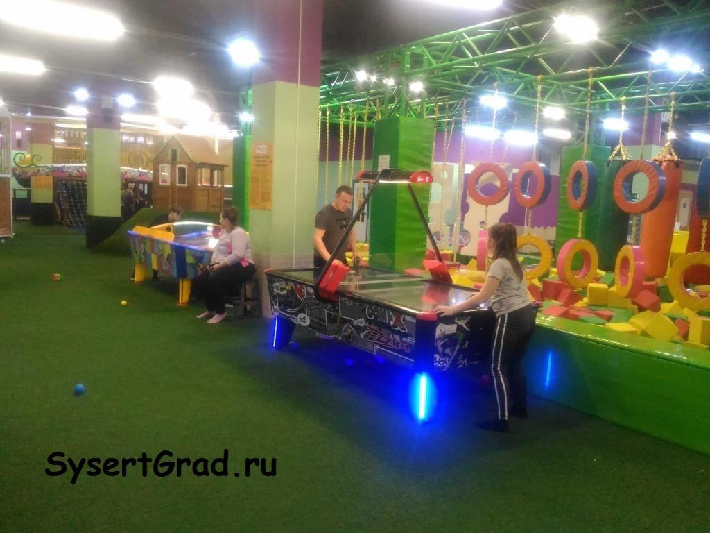 Родители и дети могут поиграть в аэрохоккей