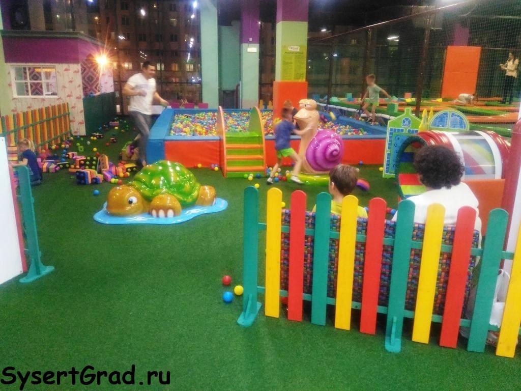 Малыши могут играть в бассейне с шариками.