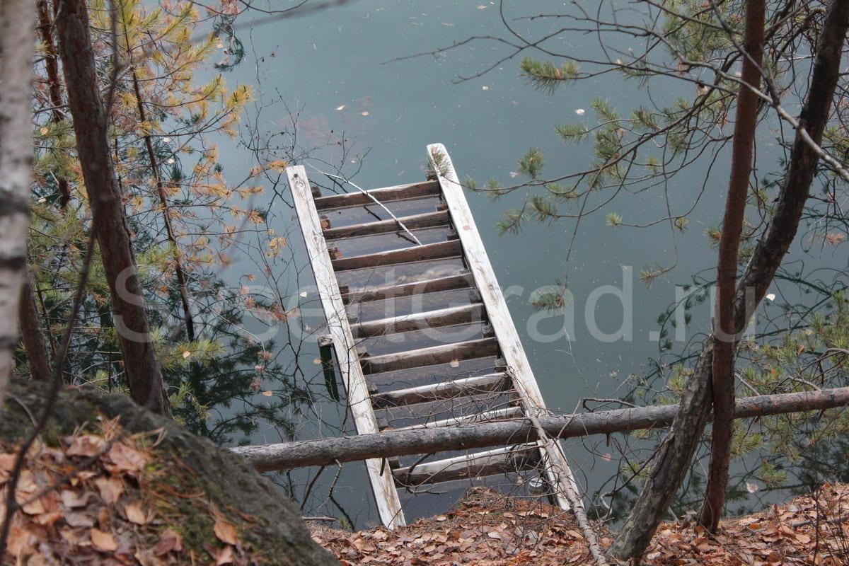 Лестница в воде карьера