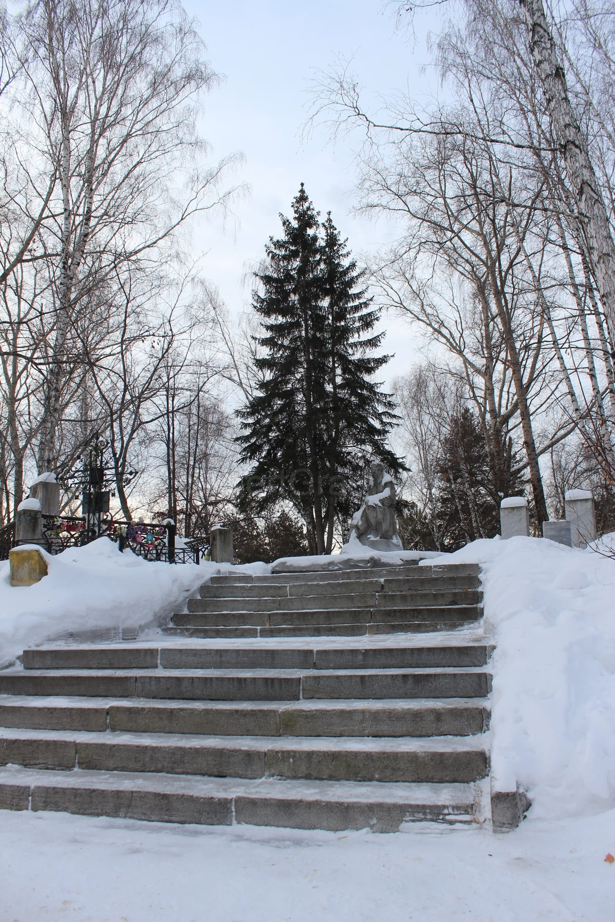 Бажов - Уральский писатель, памятник которому установлен на Ивановском кладбище в Екатеринбурге